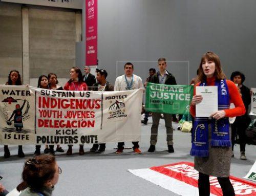 Un grupo de manifestantes pide en COP25 de Madrid que los que contaminen paguen