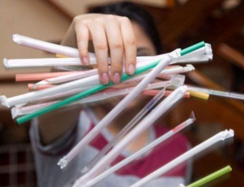 Inglaterra prohíbe las pajitas y los bastoncillos de plástico de un solo uso