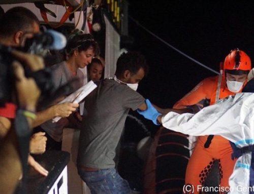 Casi 700 migrantes y refugiados llegan a Lampedusa en un pesquero