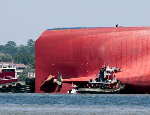 Buscan a tripulantes de buque que volcó en la costa de Georgia