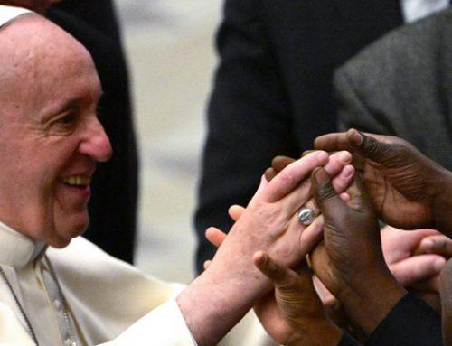 Cubanos se exprimen los bolsillos para ver al Papa Francisco en Panamá.