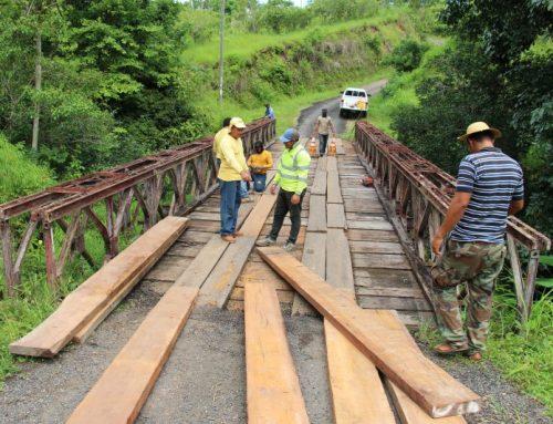 Se rehabilitan dos puentes en los distritos de Las Minas y Los Pozos.