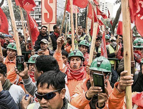 Mineros en huelga se enfrentan con la policía en Perú: 17 detenidos