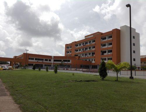 Pacientes del Hospital Nicolás Solano son trasladados a otros hospitales por falta de espacio en la UCI.
